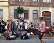 Koffer, Kisten und Kleiderstangen zum Stöbern.