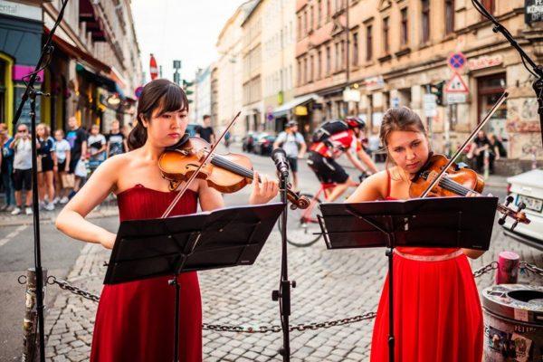 Naoko Fujita und Tatiana Erofeeva an den Violinen. Foto: Stephan Böhlig, Neustadt-Spaziergang