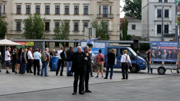 Die Kundgebung sieht vergleichsweise leer aus -Jens Lorek im Vordergrund