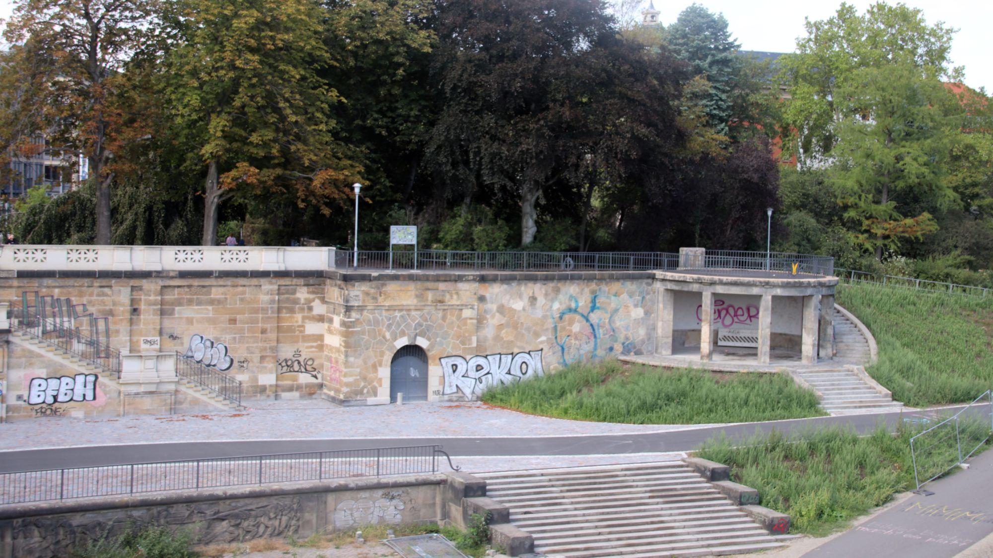 Graffiti an dem gerade erst saniertem Rondell am Rosengarten