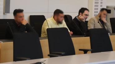 Eren B., Mustafa K. und Ugur C. mit einem Rechtsanwalt kurz vor der Urteilsverkündung