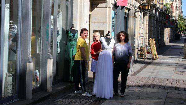 Bereiten die Modenschau schon vor:  Michaela Binder, Tatjana Löwen und Elke Meyer (v.l.)