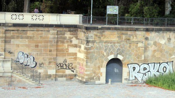 Graffiti auf Sandstein an der Albertbrücke