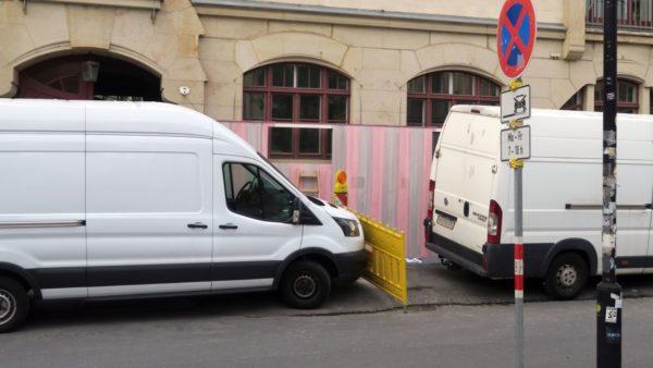 Mit rosa und grau wurde heute der Zaun gestaltet.