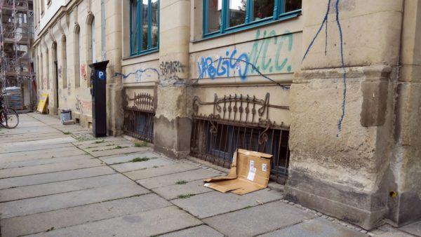 Am Nachbarhaus sind die Tags und Graffiti noch zu sehen.