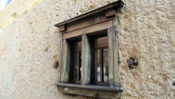 Liebevoll sind die Simse des Fensters herausgearbeitet.
