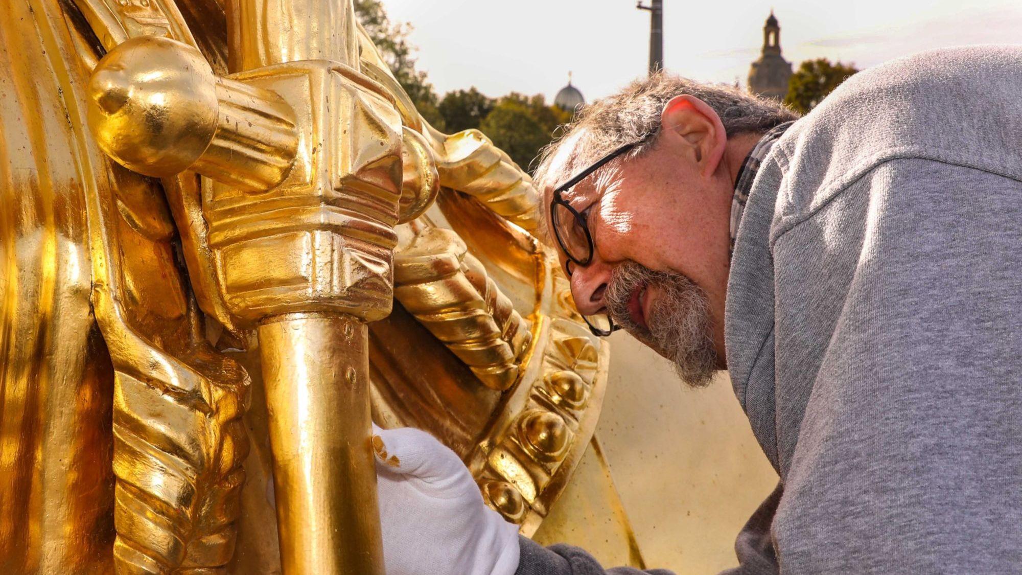 Letzte Montagearbeiten: Harald Straßburger am Goldenen Reiter - Foto: Tino Plunert