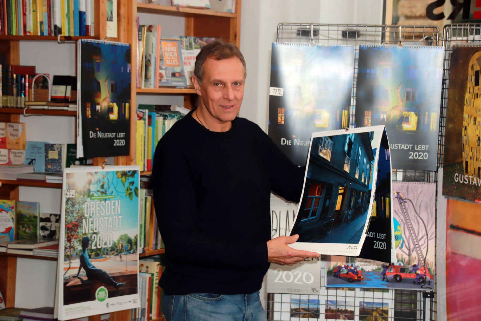 Peter Zuber mit Kalender in Richters Buchhandlung