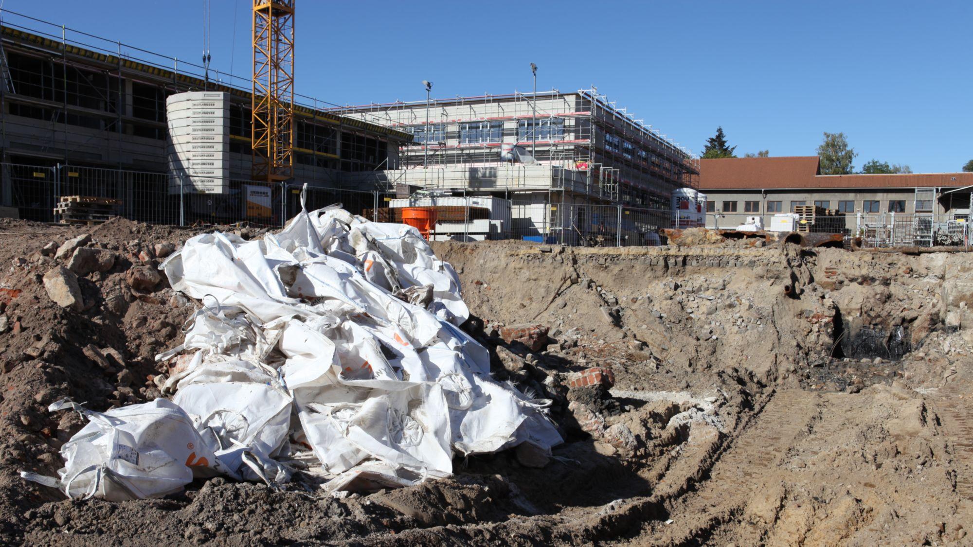 Unmittelbar neben der neuen Schule wurde eine weitere Teergrube gefunden.