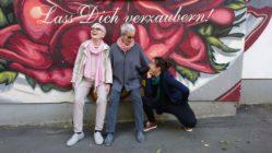 Zwei der Heldinnen des Buches: Eva Schweizer, Karin Rüegg und kniend die Autorin Corinne Rufli