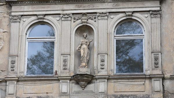 Die Statue hat von ihrem Vorsprung aus einen guten Blick über die Straße.