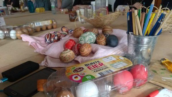 Durch diese besondere Dekoration scheinen Ostern und Weihnachten auf einem Tag zu fallen. Foto: Ulla Wacker