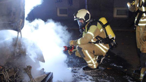 Feuerwehrleute der Wache Albertstadt löschten den Brand auf der Holzhofgasse. Foto: Roland Halkasch