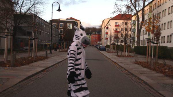 Siv-Ann Lippert im Zebra-Kostüm vor der Grundschule