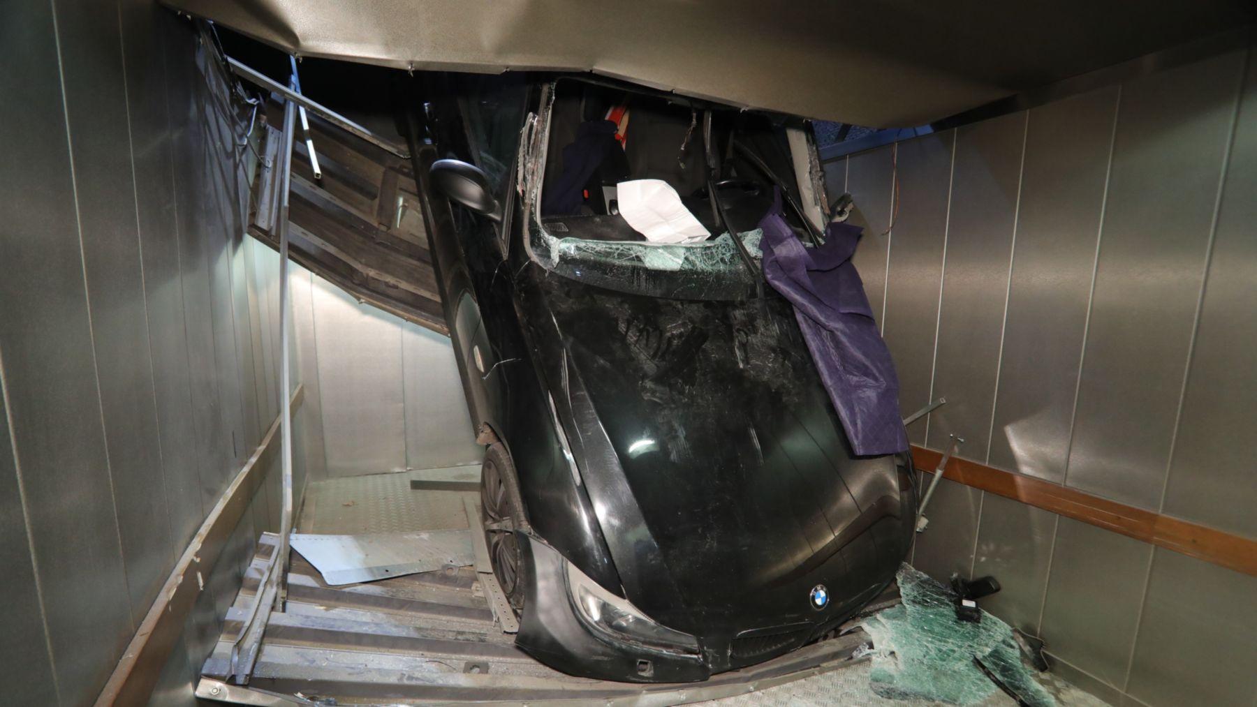 BMW stürzt in Tiefgarage - Foto: Roland Halkasch
