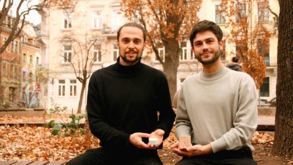 Jannis und Zeno zeigen das erste feste Shampoo aus ihrer Produktion.