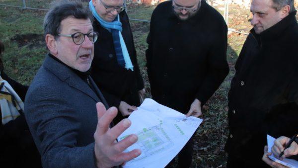 Der Leiter des Schulverwaltungsamtes Reinhard Koettnitz erläutert die Baupläne.
