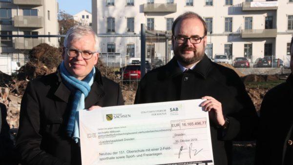 Scheckübergabe mit Bürgermeister Vorjohann und Kultusminister Piwarz (v.l.)