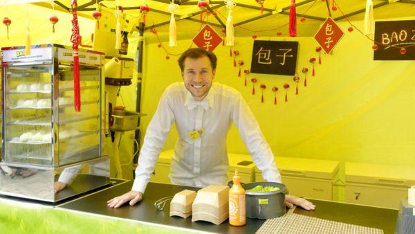 Christian Münch, der Gründer von Baozi-Business, im knallgelben Hefekloß-Zelt. Foto: PR/Baozi-Business