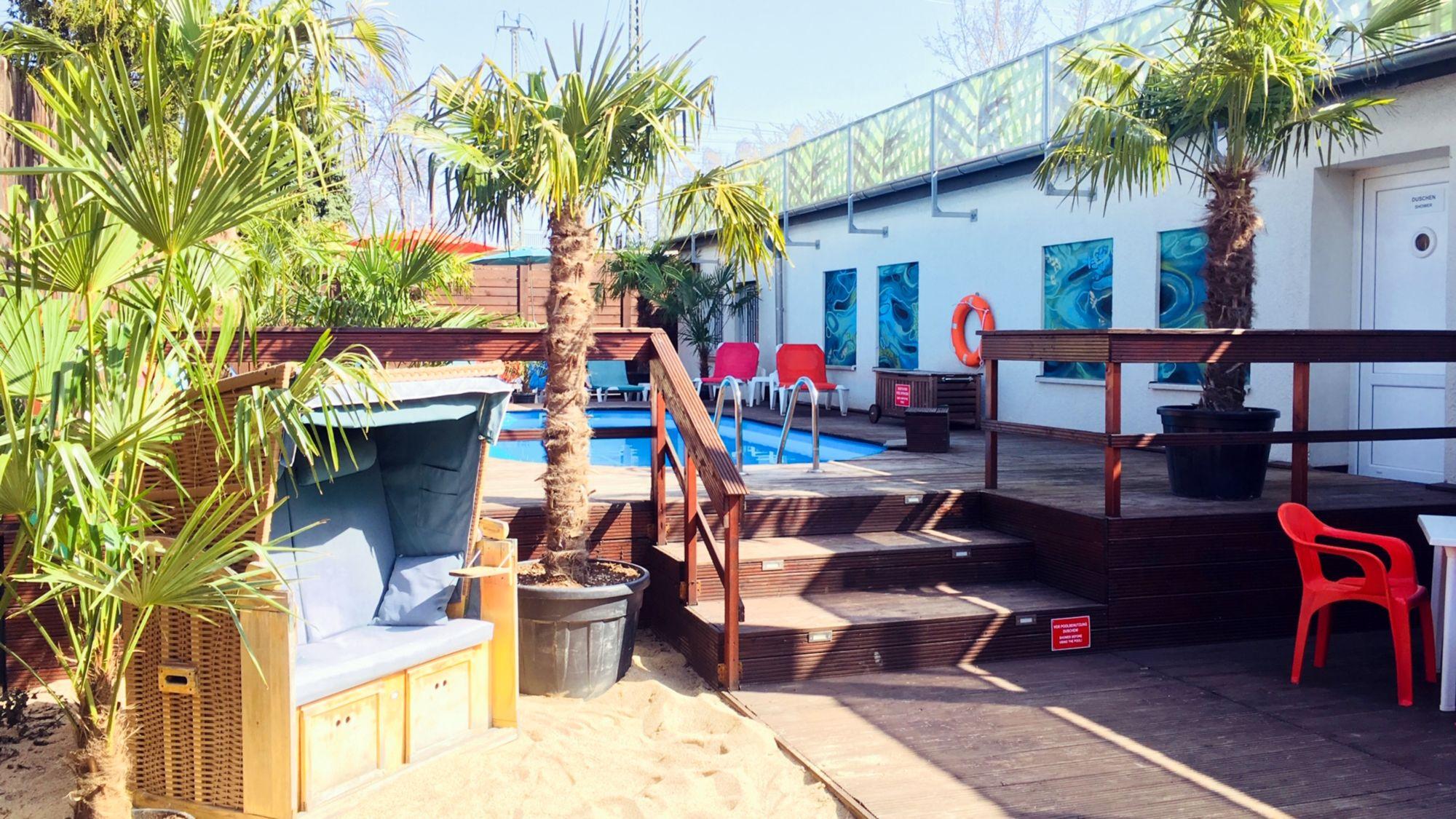 Home of Homolulu - Pool im Hof des paradisischen Clubs.