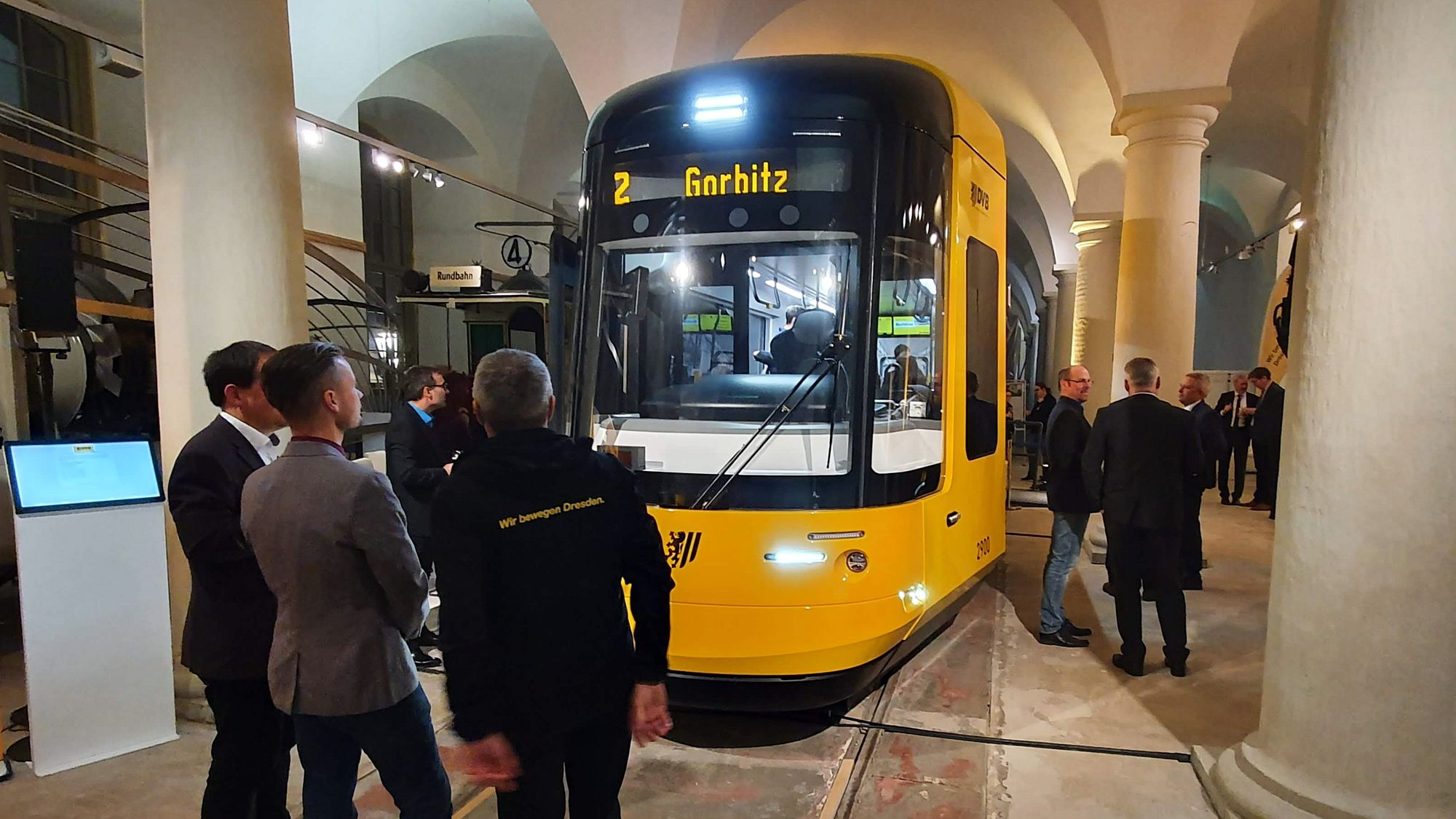 Neu Bahn in altem Gemäuer.