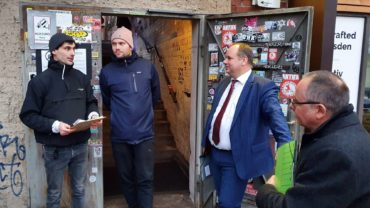 Felix Buchta (links) erläutert dem Oberbürgermeister die Situation der Club-Kultur