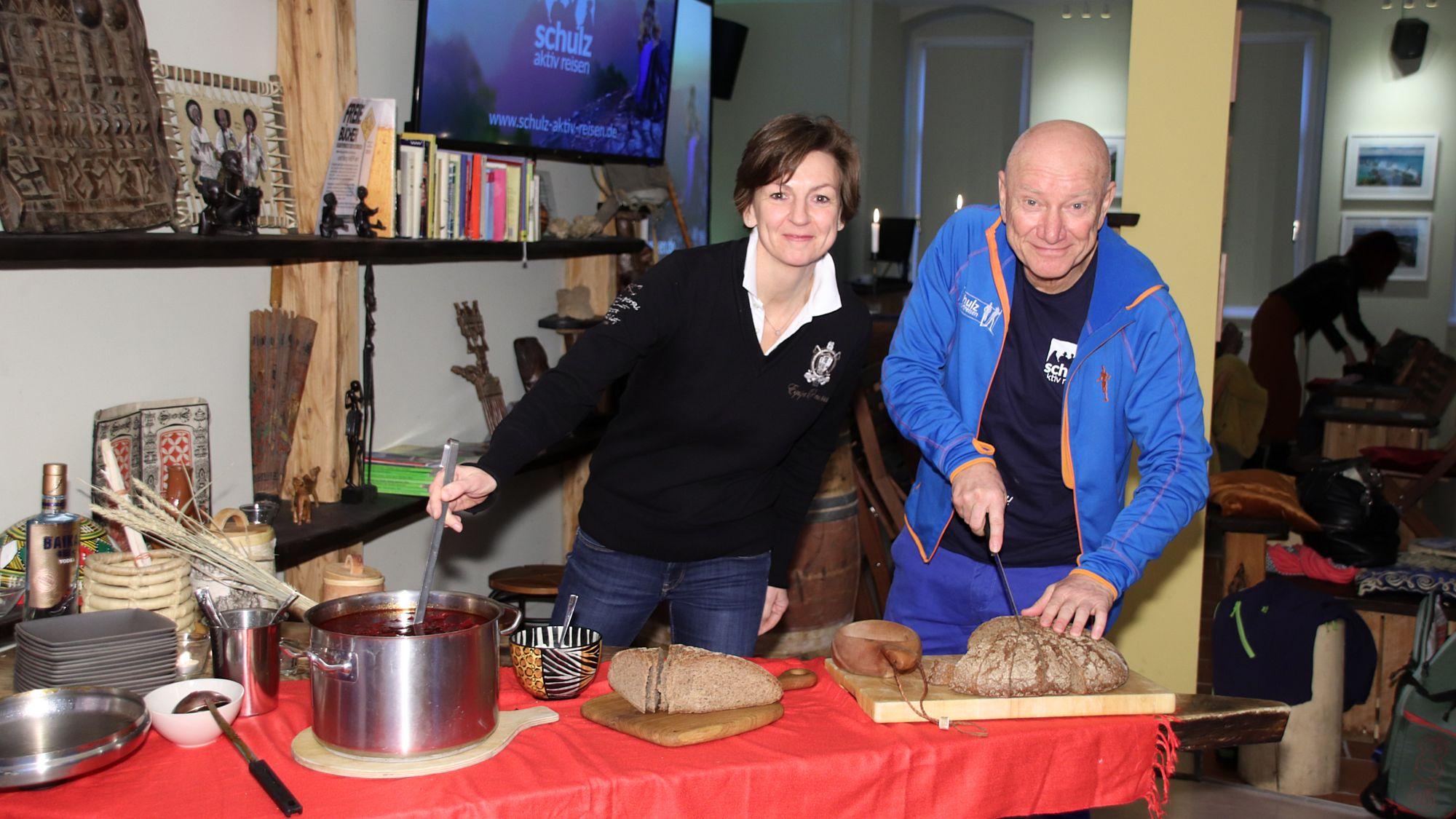 Geschäftsleiterin Ines Schmitt und Frank Schulz mit Borschtsch.