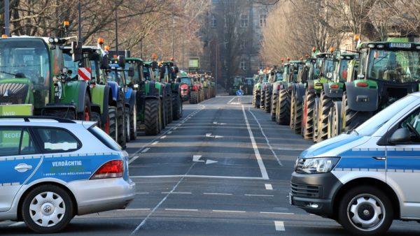 Die Wigardstraße war beidseitig mit Traktoren zugeparkt.