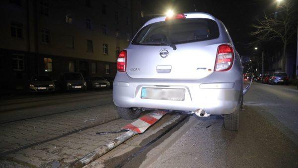 Der Fahrer des Nissan hatte die Warnbake umgefahren. Foto: Roland Halkasch