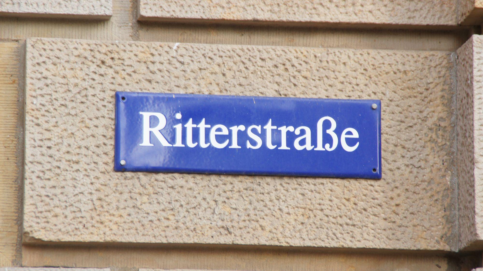 Die Ritterstraße - ehemalig Kasernen-, dann Ritter-, dann Werner-Seelenbinder und wieder Ritterstraße.