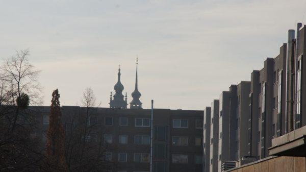 Blick von der Ritterstraße über die Platten-Zeile hin zur Altstadt.