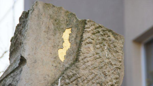 Goldene Fledermaus am Sandstein-Denkmal an der Ritterstraße.