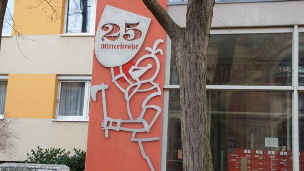 Rittersymbol an den Wohnhäusern auf der Ritterstraße.