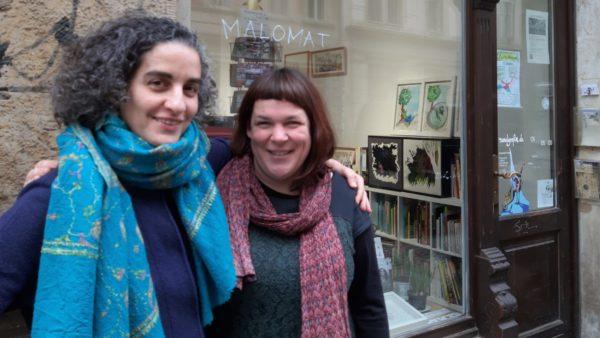 Die beiden Künstlerinnen vor ihrem ARTElier.