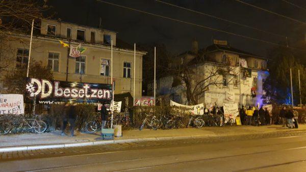Besetztes Haus am Abend.