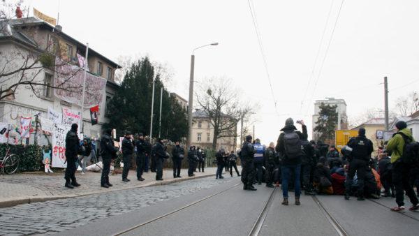 """""""Zu wenig Platz für politischen Protest"""", sagen die Protestierenden und setzen sich auf die Straße."""