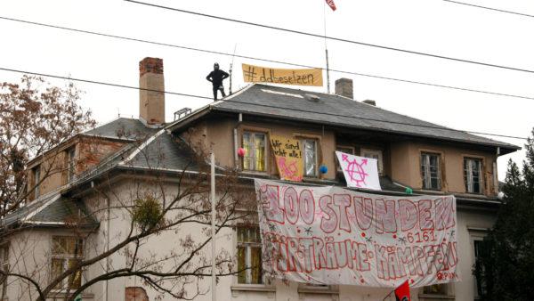 Insgesamt vier Besetzer*innen befinden sich auf dem Dach.