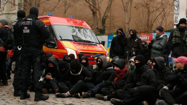 Die Protestierenden blockieren die Zufahrt zum Gelände, um der Räumung entgegenzuwirken.