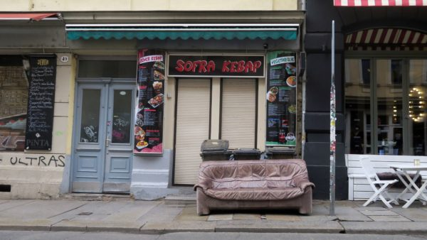 Das Louisen-Sofa am Vormittag noch ohne Tüten.