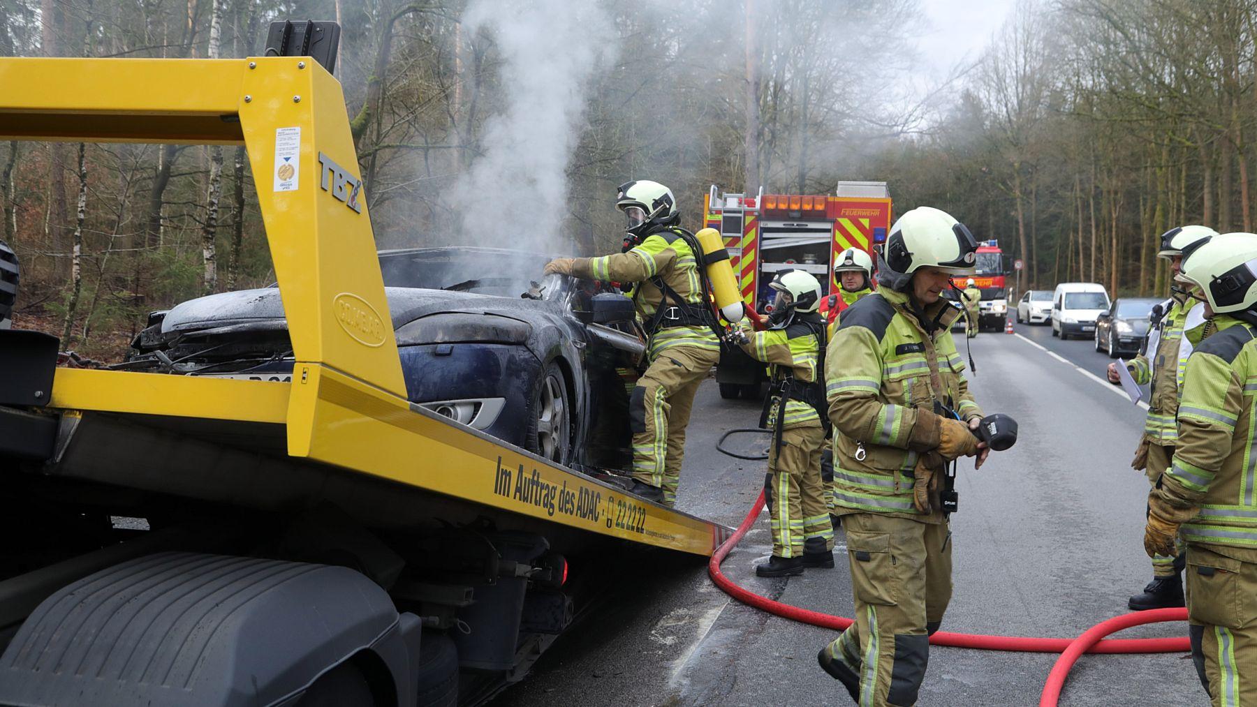 Löschaktion auf dem Abschleppwagen. Foto: Roland Halkasch