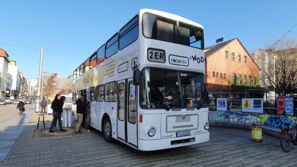 Kultur-Bus vor der Scheune.