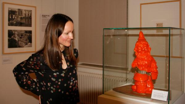 Kuratorin Magdalena Paluska blickt auf den Zwerg, den die BRN von der O.A. geschenkt bekam.
