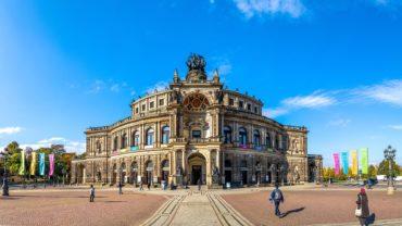 Die Semperoper in Dresden – Foto: stock.adobe.com © Sina Ettmer
