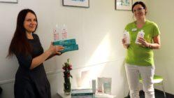 Kosmetikerin Yvonne Despang spendete der Hausärztin Nathalie Hujer Desinfektionsmittel und Einweghandschuhe