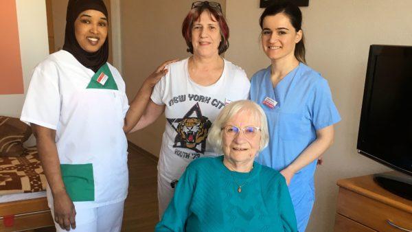 Pflegerinnen und Betreute im Seniorenzentrum Pro Seniore