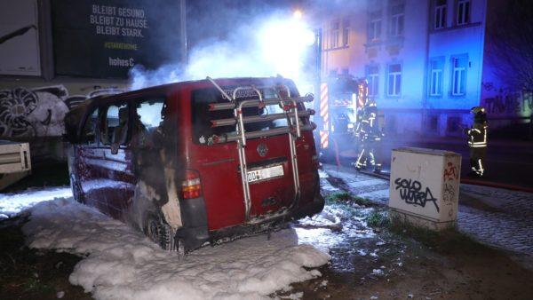 In der Nacht hat an der Rudolf-Leonhard-Straße ein VW-Bus gebrannt. Foto: Roland Halkasch