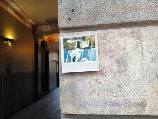 Künstlerische Fliese am Eingang zur Kunsthofpassage