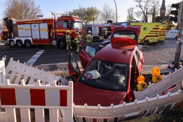 Renault landet nach Unfall in Baugrube - Foto: Tino Plunert