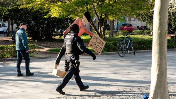 Die Polizei entfernte die Pappaufsteller. Foto: Peter Zuber