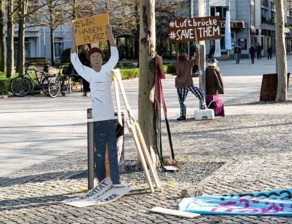 Papp-Demonstration am Jorge-Gomondai-Platz - Foto: Peter Zuber